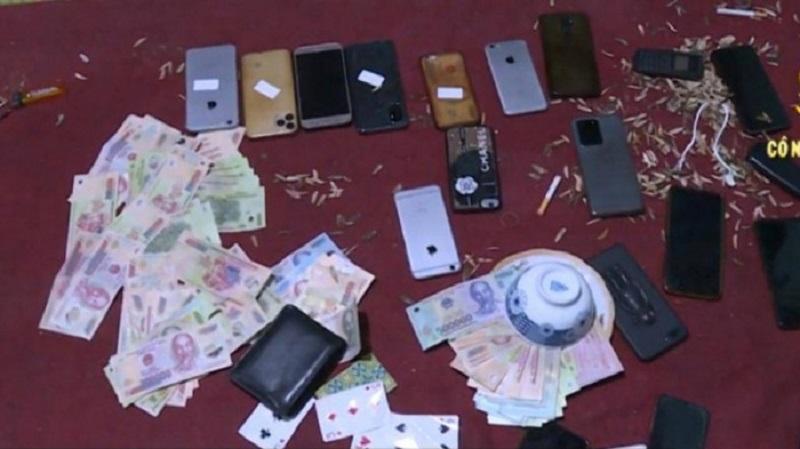 Bắt quả tang kiều nữ cùng nhiều đàn ông đánh bạc giữa mùa dịch tại Bắc Ninh